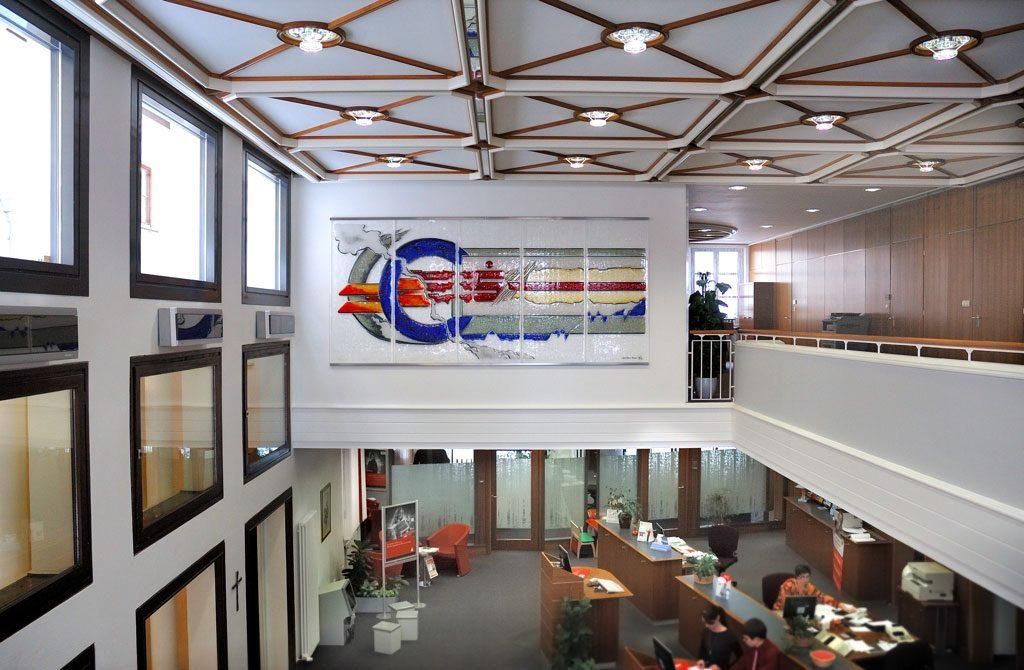 Der rote Faden Auftragsarbeit Geschäftskunden Glaskunst in der Architektur Glasmalerei Innen und Außen Innenraum Lösungen für Geschäftskunden